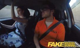 Branquela bunduda fazendo sexo amador dentro do carro