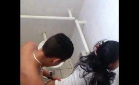 Novinha transando no banheiro do colégio