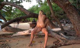 Loira transando na praia em sexo arriscado em público