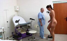 Xvideo de Médico Ginecologista fazendo exame em cavalona