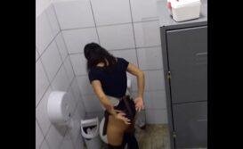 Filmei funcionária escondido usando banheiro da empresa