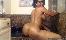 Negra nua se masturbando dentro da banheira