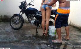 Sexo na moto com novinha gostosa magrinha