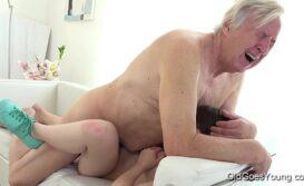 Velho fudendo novinha em video de sexo gostoso