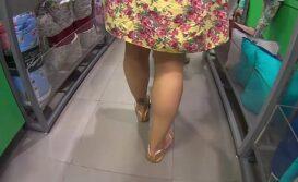 Filmando por debaixo do vestido a rabuda na loja