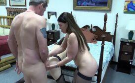 Novinha fazendo anal pela primeira vez com o coroa