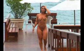 Viviane Araujo nua andando na praia
