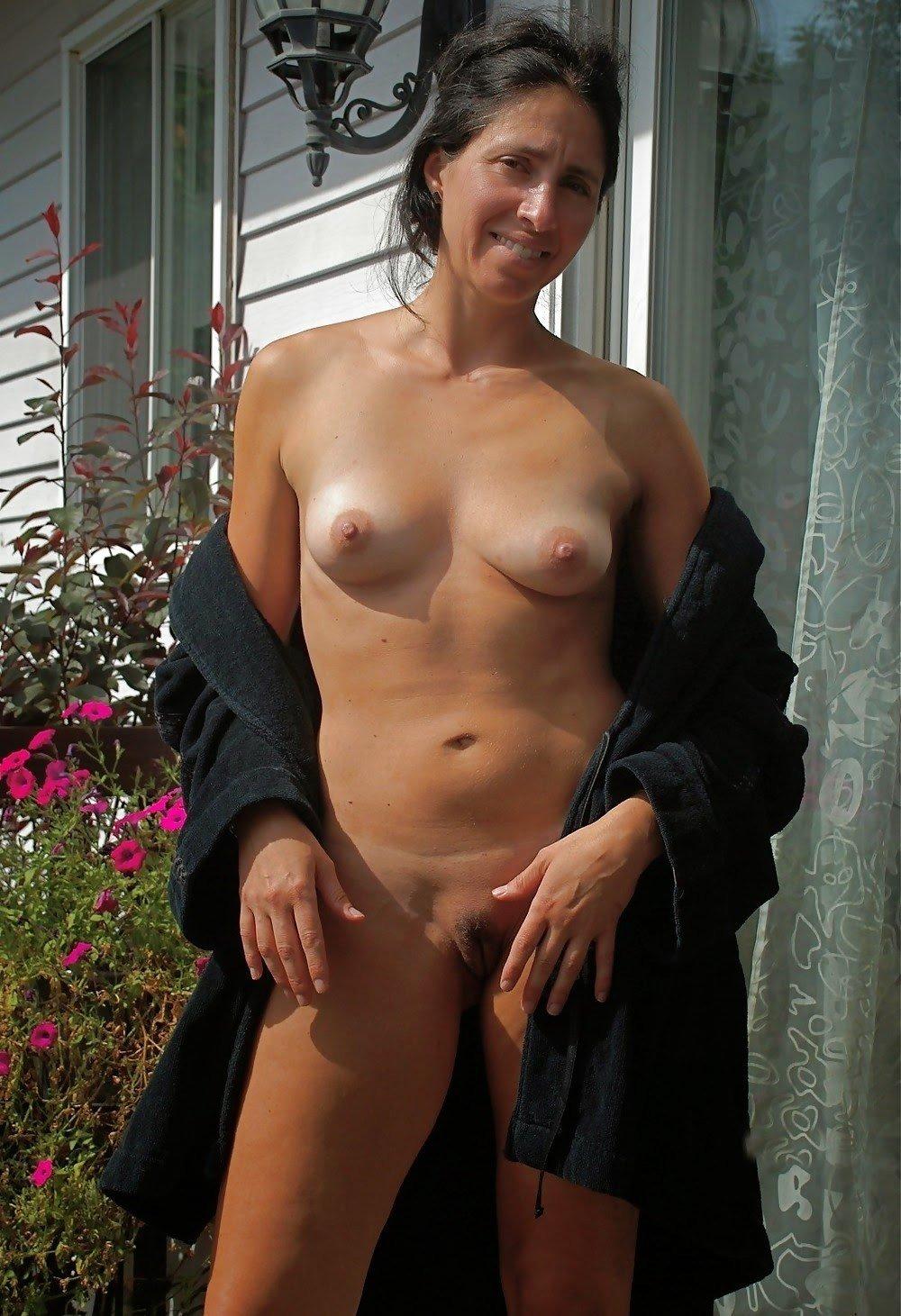 Mulheres peladas na praia em fotos amadoras