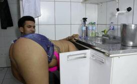 Encanador comendo cuzinho da loira do rabetão